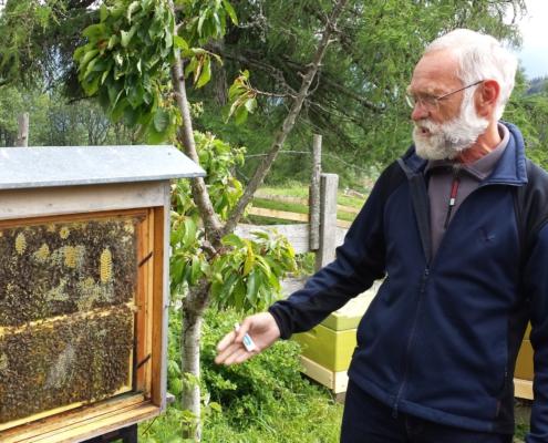 Imker Ewald Baier vor Bienenstock