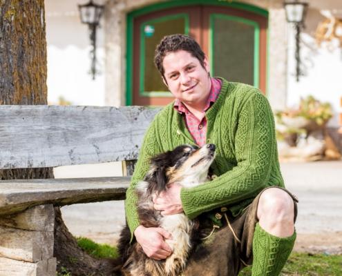 Herbert Walcher jun. mit seinem Hund vor Walcherhof