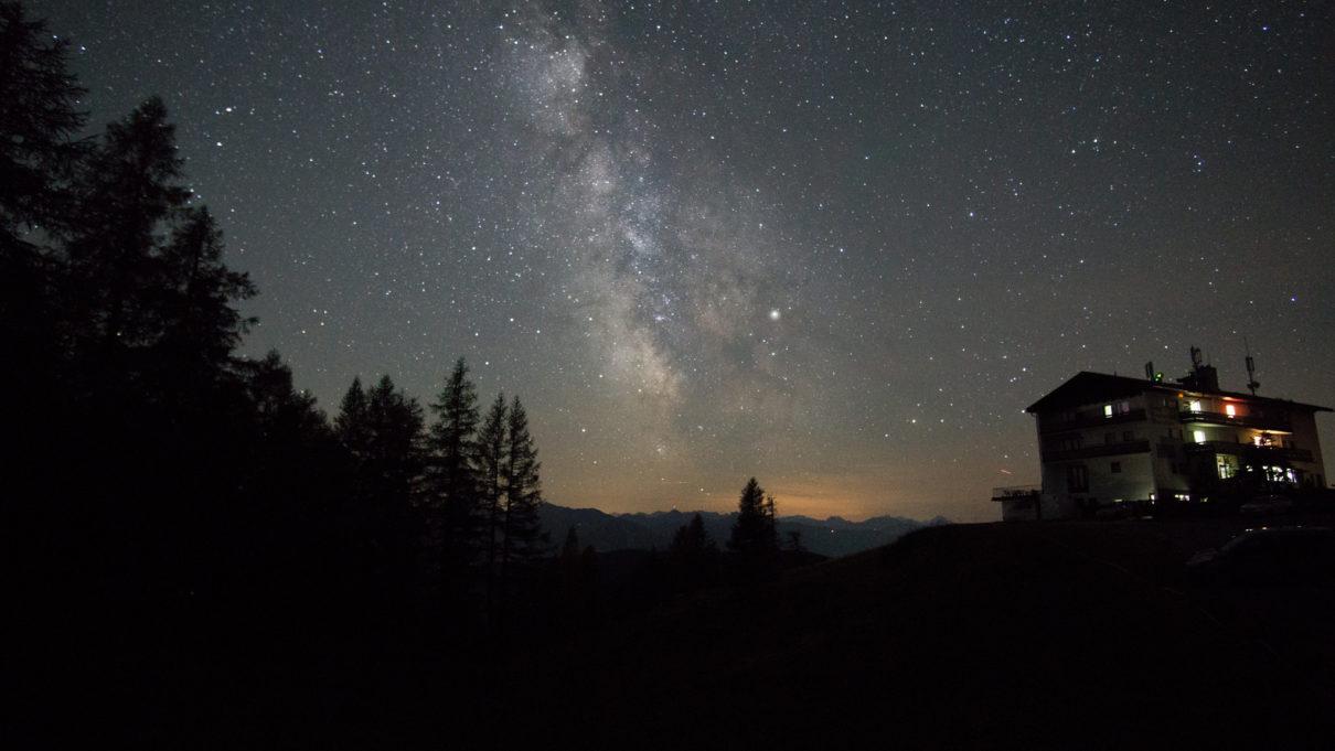 Der Nachthimmel breitet sich über die Berge von Ramsau am Dachstein