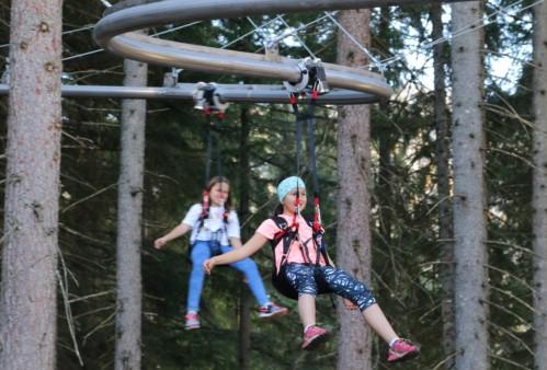 Mädchen auf der Flyline am Rittisberg
