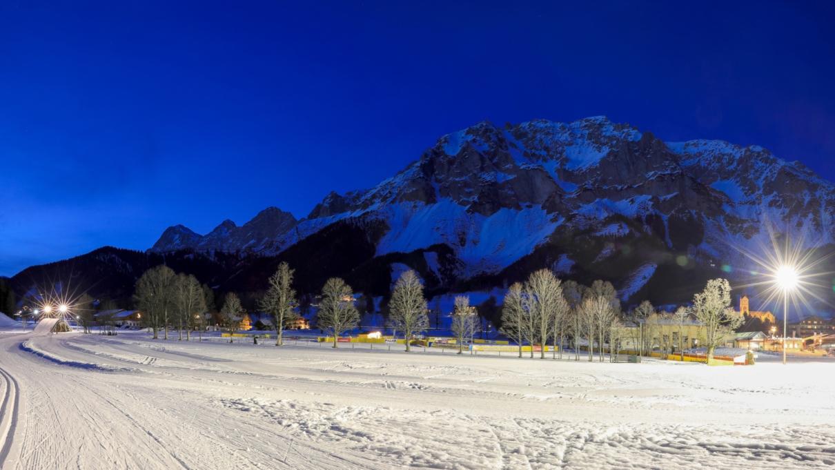 Beleuchtete Loipen nachts in Ramsau am Dachstein