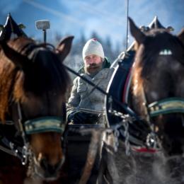 Johann Stocker auf Kutschbock im Winter
