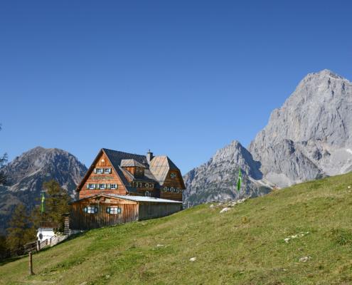 Die Austria-Hütte und im Hintergrund der Dachstein