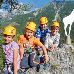 Eine Gruppe von Kinder auf dem Weg über den Klettersteig am Sattelberg in Ramsau am Dachstein