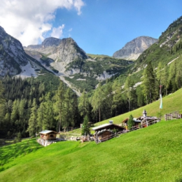 Hütte und Bergpanorama bei der langen Nacht der Almen in Ramsau am Dachstein