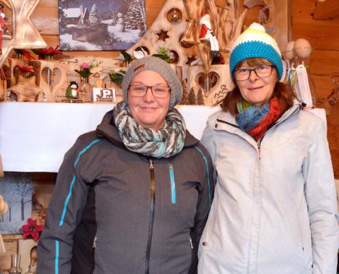 Zwei Verkäuferinnen am Adventmarkt am Ederhof