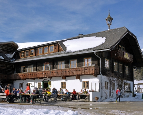 Winterwandern in Ramsau am Dachstein. Rast auf der Sonnenterrasse am Frienerhof
