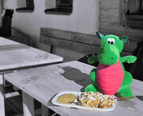 Kali isst Kaiserschmarrn auf der Brandalm in Ramsau am Dachstein.