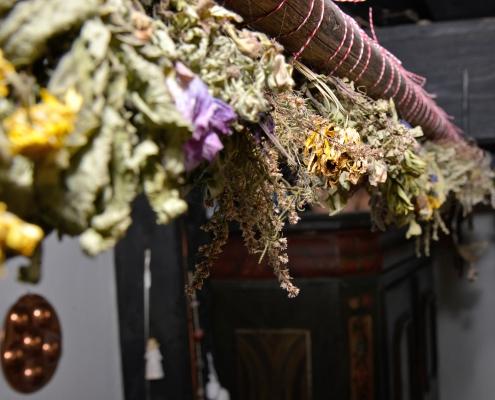 Am Frienerhof in Ramsau am Dachstein hängen Kräuter zum Trocknen über dem Ofen