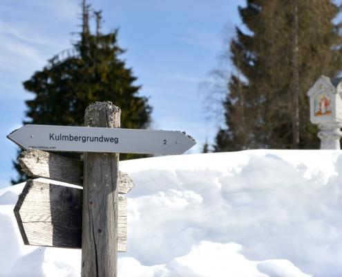 Wegweiser auf Winterwanderweg
